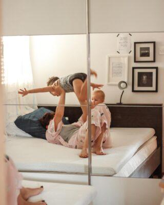 """Naši dani počinju i završavaju u našoj spavaćoj sobi koja jedva ima 8m2. Dani svih nas, što znači da barem jedan od dječaka(ako smo sretni) u sred noći završi u našem krevetu. Kao neko ko problem s leđima vuče još iz srednjoškolskih dana odavno znam koliko je bitno kako, gdje i na čemu spavamo. S nadmadracem me spasila mama u mojim studentskim danima i od tada je dio obavezne opreme.U drugoj trudnoći sam dobila i išijas na dar i novi nadmadrac kao utješnu nagradu ;) Nadmadrac Roll up Hitex MemoSilver 5+2 Memory, izrađen od kombinacije obične i memorijske pjene (5 cm visoka ortopedska jezgra izrađena od visokoelastične poliuretanske pjene savršeno se prilagođava tijelu i pruža dobar odmor + 2 cm memorijske pjene koja se savršeno prilagođava obliku i težini tijela) je moj izbor. Uz dvoje mališana najbitnija mi je opcija perive navlake nadmadraca (jer pelene) i činjenica da ga lako prebacim u dnevni boravak kada imamo goste ili u manje veseloj situaciji – kada djeca imaju temperaturu. Nadmadrac nam je trenutno i savršeno rješenje jer ne želimo još uvijek mijenjati stari madrac, već samo poboljšati njegovu udobnost. Testirano, isprobano i sada kao izuzetno zadovoljna mušterija – širimo vijest dalje 😄  Kod """"VILDANA10"""" vam daje 10% popusta na nadmadrac Vitapur kolekcije. #passionforliving"""
